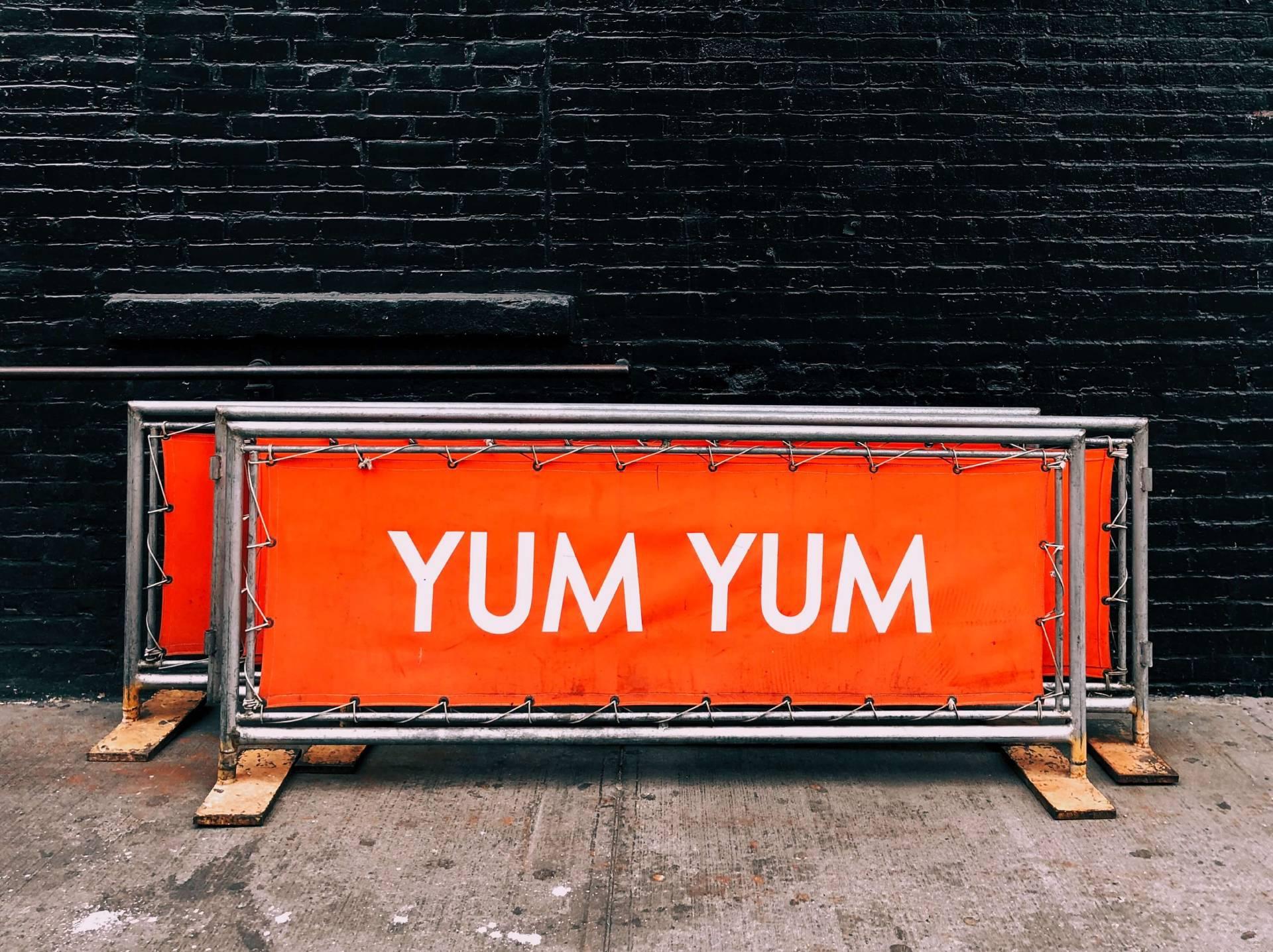 Een reclamebord is op een jubileumfeest volledig aftrekbaar